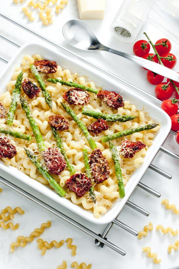 massa cozida com tomates, aspargo e queijo secados do pecorino imagens de stock