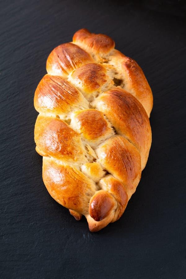 Massa cozida fresca do Chalá da trança do pão do conceito caseiro do alimento na pedra preta da ardósia com espaço da cópia foto de stock