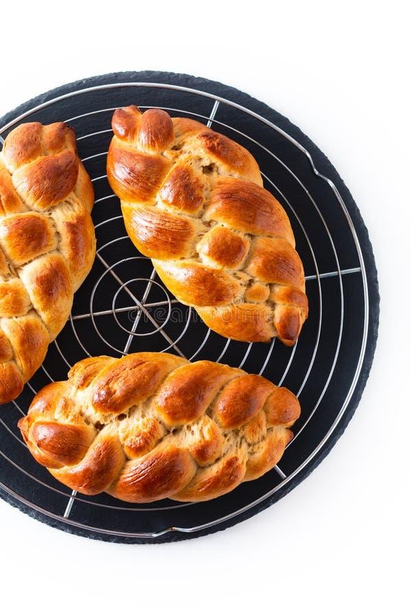 Massa de entrançamento do Chalá da trança do pão do processo caseiro do conceito do alimento no fundo branco com espaço da cópia fotografia de stock