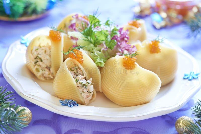 Massa de Lumaconi com salada do marisco, o caviar vermelho e a erva-doce fotografia de stock