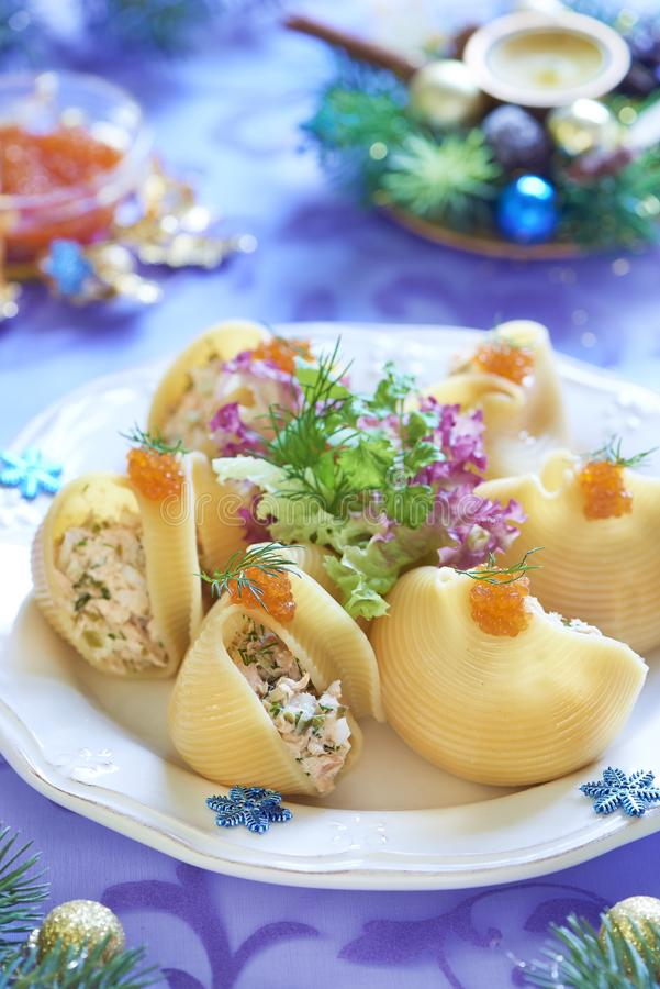 Massa de Lumaconi com salada do marisco, o caviar vermelho e a erva-doce imagem de stock royalty free