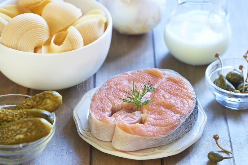 Massa de Lumaconi com salmões, as salmouras e as alcaparras cozidos Processo de cozimento Etapa 1 ingredientes foto de stock