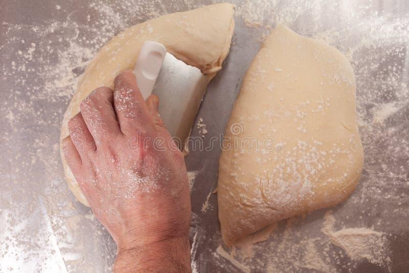 Massa de pão feito à mão que está sendo preparada fotografia de stock royalty free