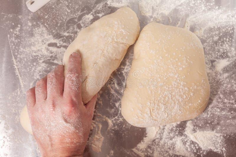 Massa de pão feito à mão que está sendo preparada foto de stock royalty free