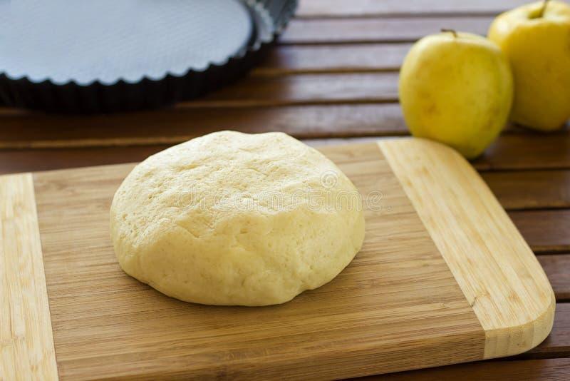 Massa de pão para a torta de maçã fotos de stock royalty free