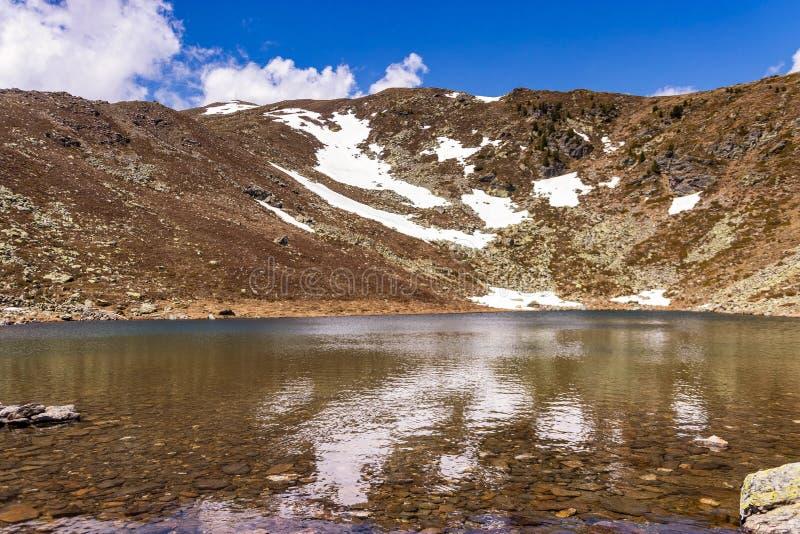Massa di acqua con una montagna nei precedenti immagini stock libere da diritti