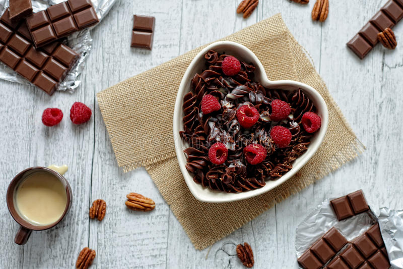 Massa do chocolate em uma bacia dada forma coração imagem de stock royalty free
