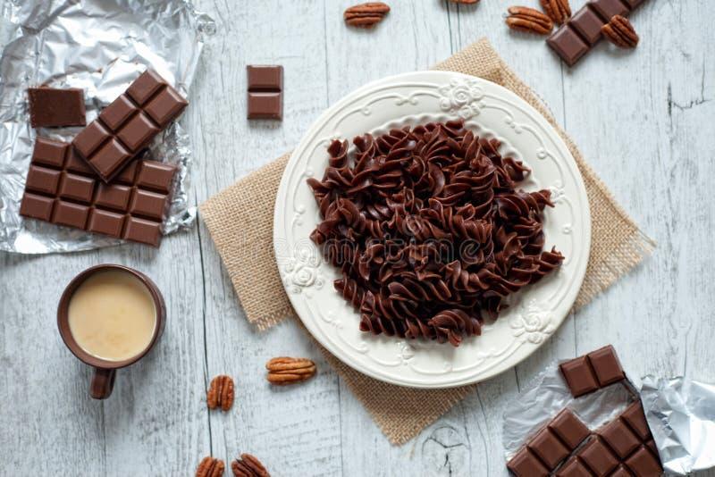 Massa do chocolate em uma placa branca imagem de stock