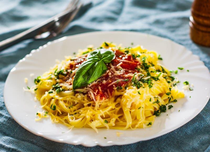 Massa do Linguine com molho de tomate fresco, queijo raspado e manjericão imagem de stock