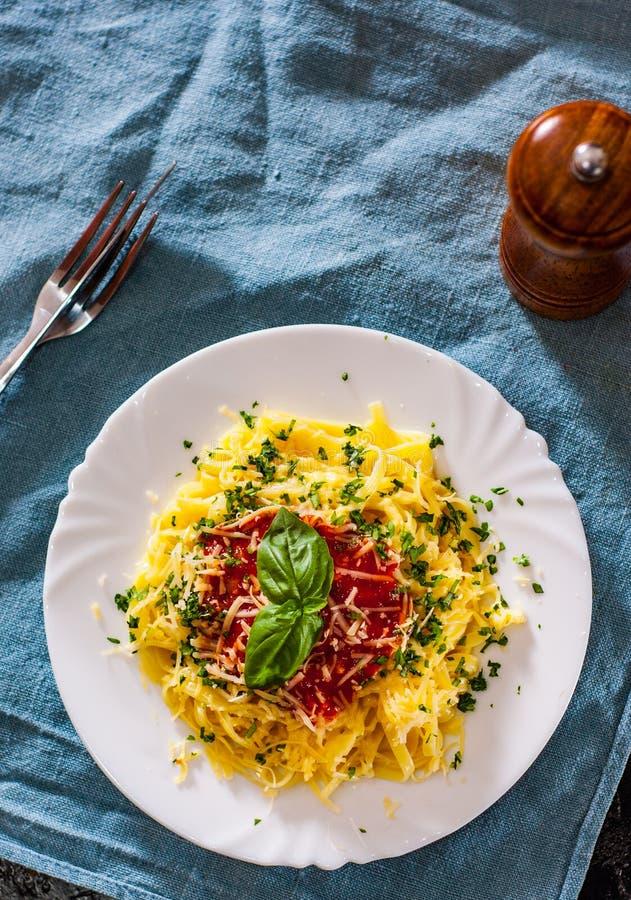 Massa do Linguine com molho de tomate fresco, queijo raspado e manjericão imagem de stock royalty free