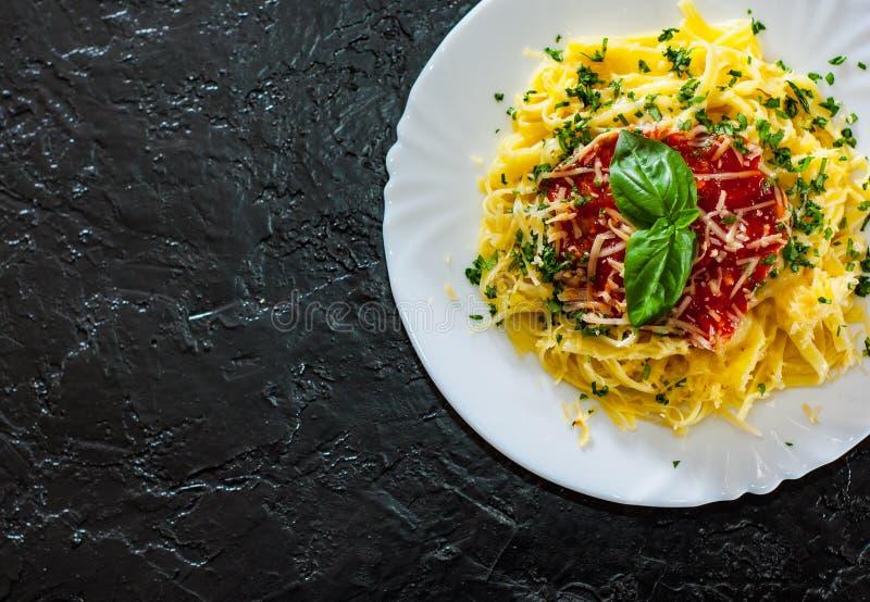 Massa do Linguine com molho de tomate fresco, queijo raspado e manjericão fotos de stock royalty free