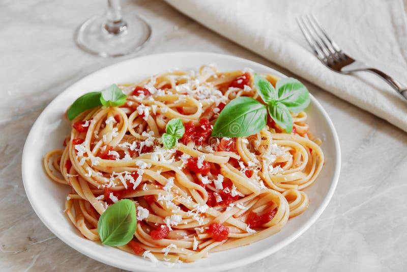 Massa do Linguine com molho e queijo de tomate fotos de stock
