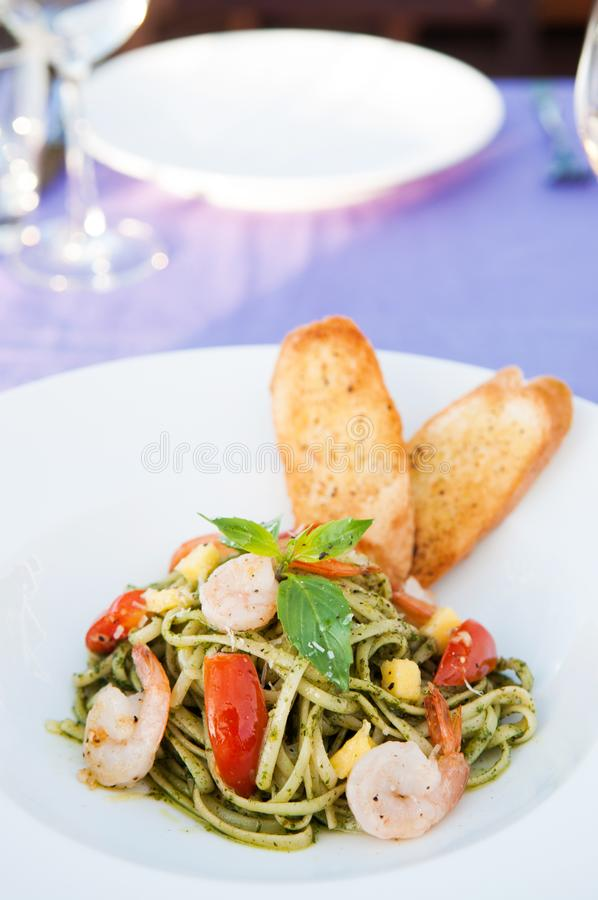 Massa do Linguine com molho do pesto fotos de stock royalty free