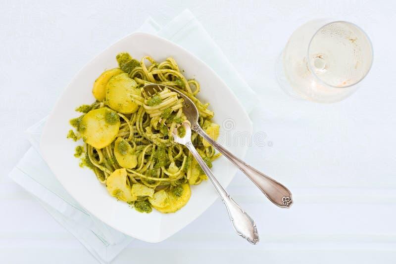 Massa do Linguine com o pesto genovese, as batatas e os glas do vinho branco imagem de stock