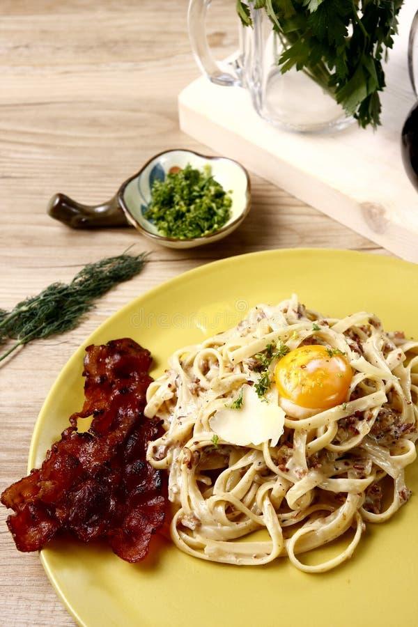 Massa do Linguine no molho branco com ovo e bacon fotografia de stock