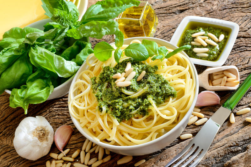 Massa do Linguine pelo pesto fotografia de stock royalty free