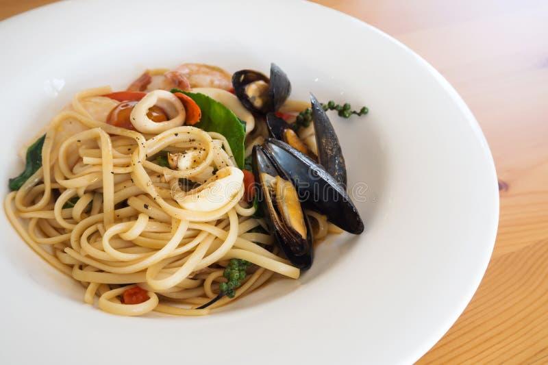Massa do marisco na placa branca Alimento italiano Saudável e saboroso fotos de stock royalty free