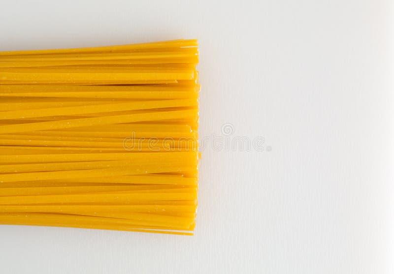 Massa do milho do Linguine em uma placa de corte fotos de stock
