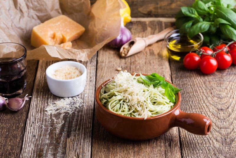 Massa do pesto do vegetariano com queijo na bacia e no ingr italiano do alimento imagens de stock royalty free