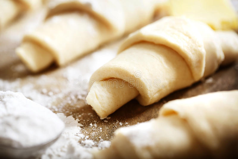 Massa dos croissant preparada recentemente cozendo imagens de stock