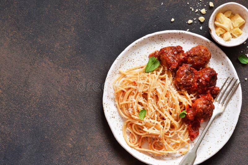 Massa dos espaguetes com almôndegas, molho de tomate e Parmesão na mesa de cozinha Vista de acima imagens de stock royalty free