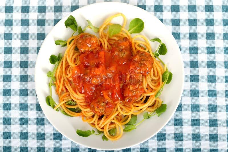 Massa dos espaguetes com almôndegas em uma placa imagens de stock