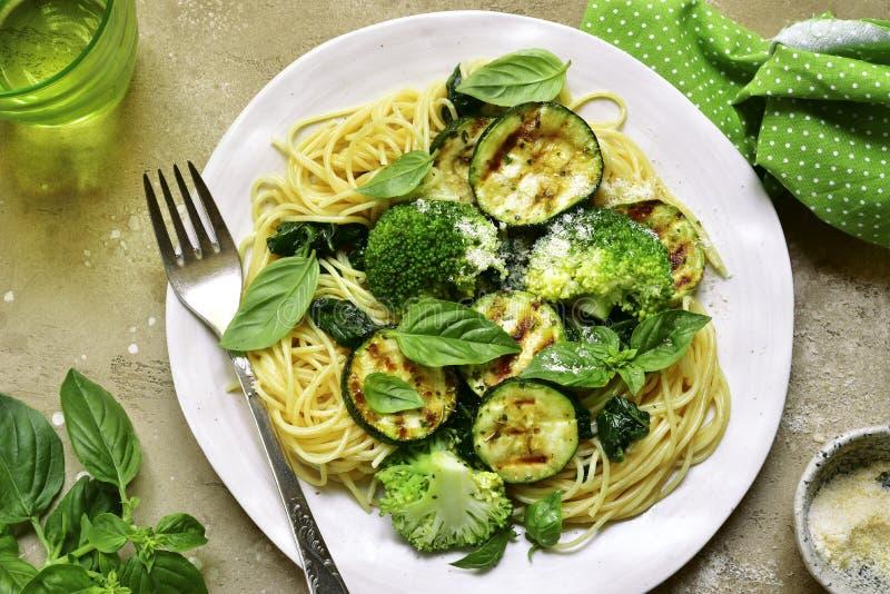 Massa dos espaguetes com vegetais verdes brócolis, espinafre, grade imagens de stock