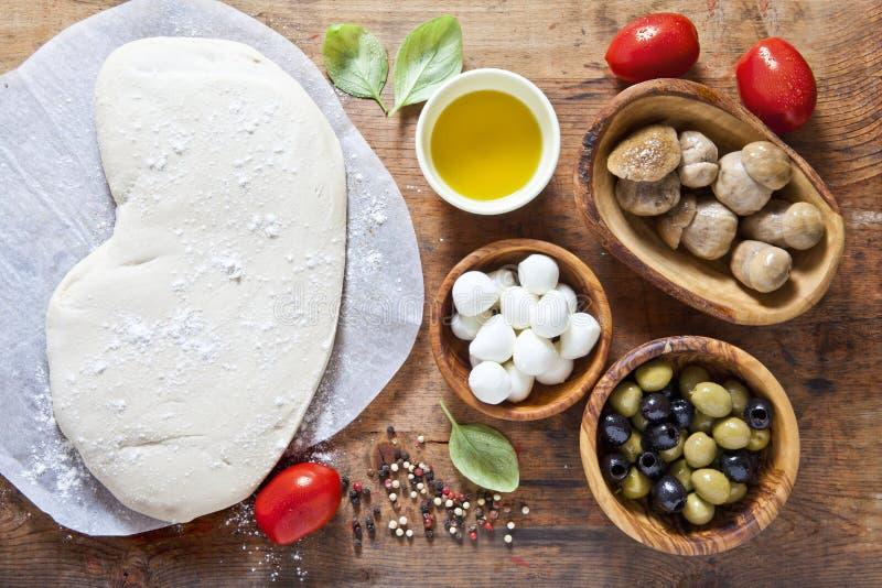 Massa e componentes da pizza para a preparação h rural quente caseiro imagens de stock royalty free
