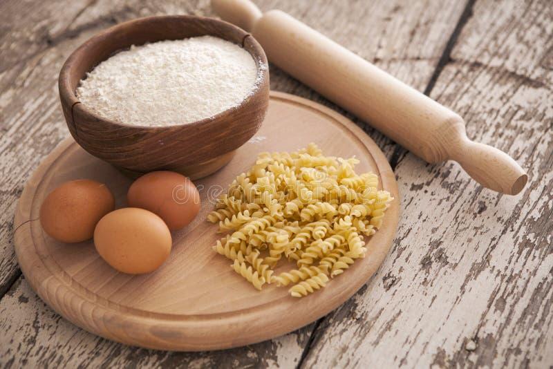 Massa e ingredientes caseiros crus para a massa imagem de stock