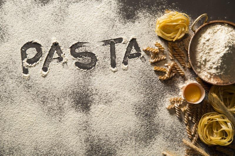 Massa e ingredientes caseiros crus para a massa integral em de madeira imagem de stock royalty free