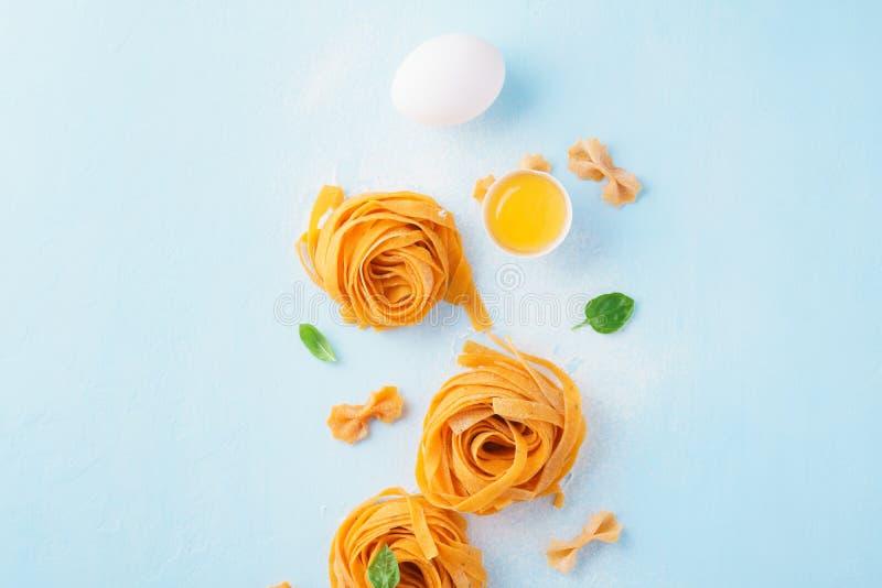 Massa e ingredientes frescos em um claro - fundo azul Vista superior imagens de stock royalty free