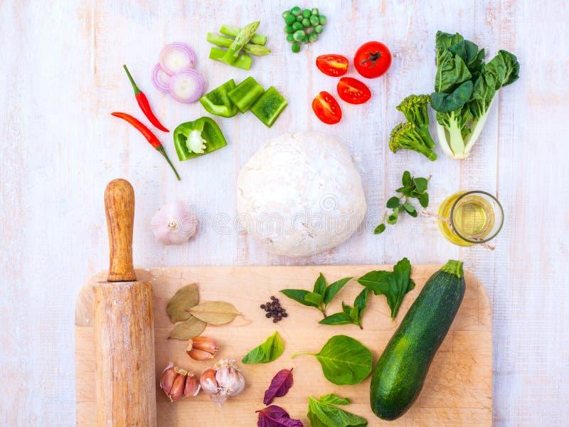 A massa e os ingredientes da pizza flour e um pino do rolo imagem de stock royalty free
