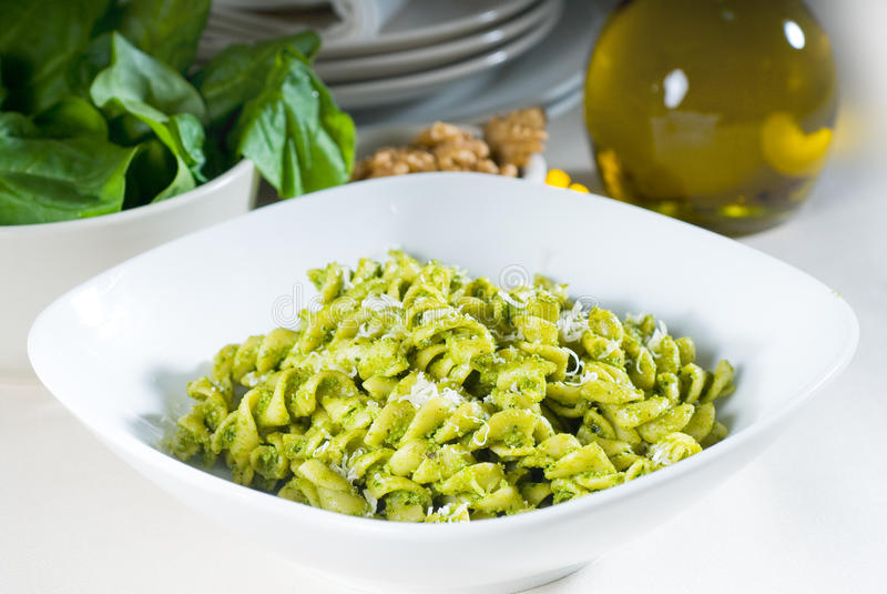 Download Massa E Pesto Italianos Do Fusilli Foto de Stock - Imagem de naughty, comer: 12805252