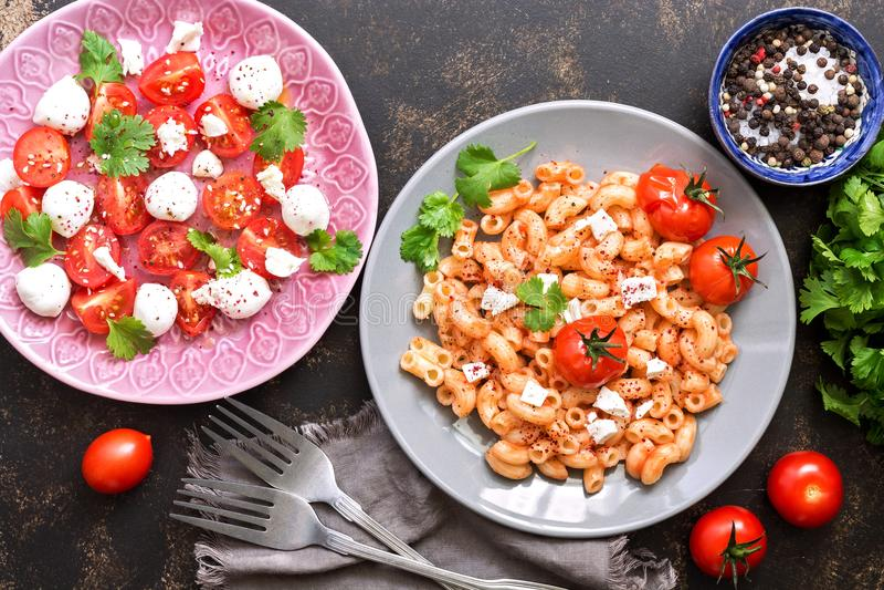 Massa e salada com os tomates da mussarela e de cereja Vista de acima Prato italiano fotos de stock