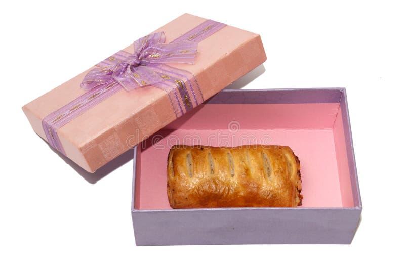 Massa folhada na caixa de presente cor-de-rosa com curva fotos de stock royalty free