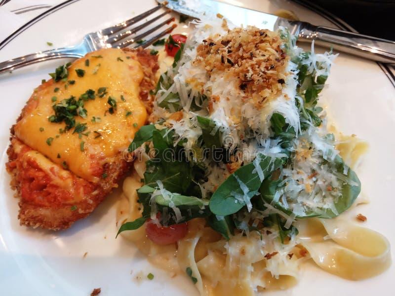Massa, galinha, salat, alimento delicioso do queijo imagens de stock
