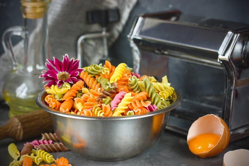Massa italiana colorida do fusilli, processo de cozinhar o passado caseiro fotografia de stock