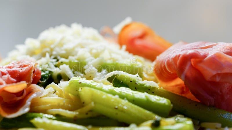 Massa italiana com aspargo, presunto e tomates fotografia de stock