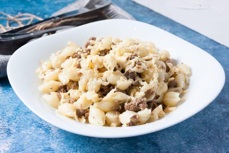 Massa italiana com carne e queijo triturados imagem de stock royalty free