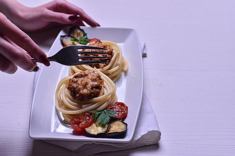 Massa italiana com carne em um café jantar no restaurante han foto de stock royalty free