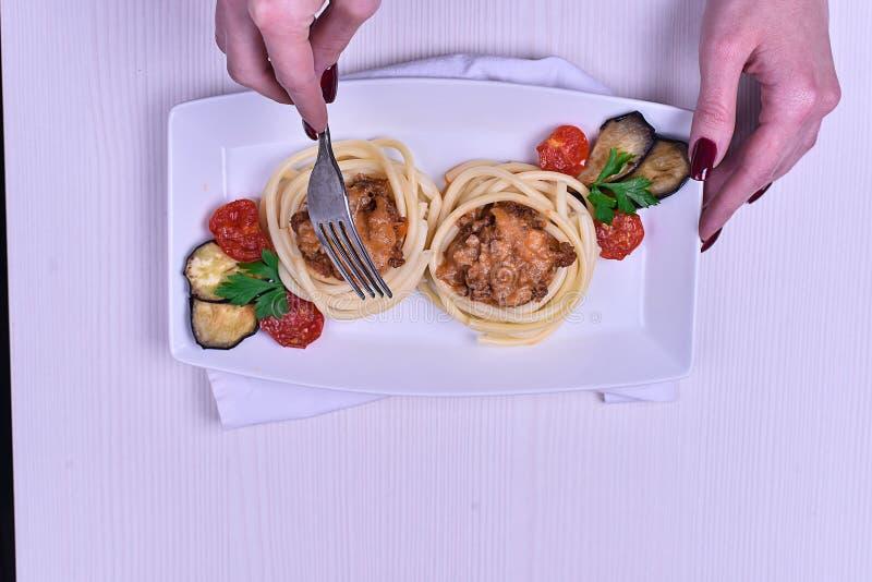 Massa italiana com carne em um café jantar no restaurante han foto de stock