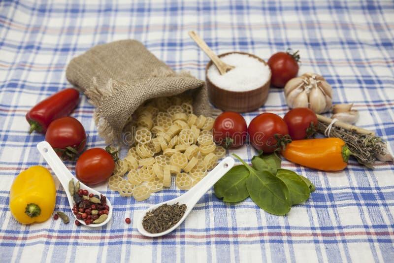 Massa italiana de Rotelle ajustada para a criação: tomates de cereja, azeite, molho balsâmico, alho, especiarias, sal do mar, sal fotos de stock royalty free