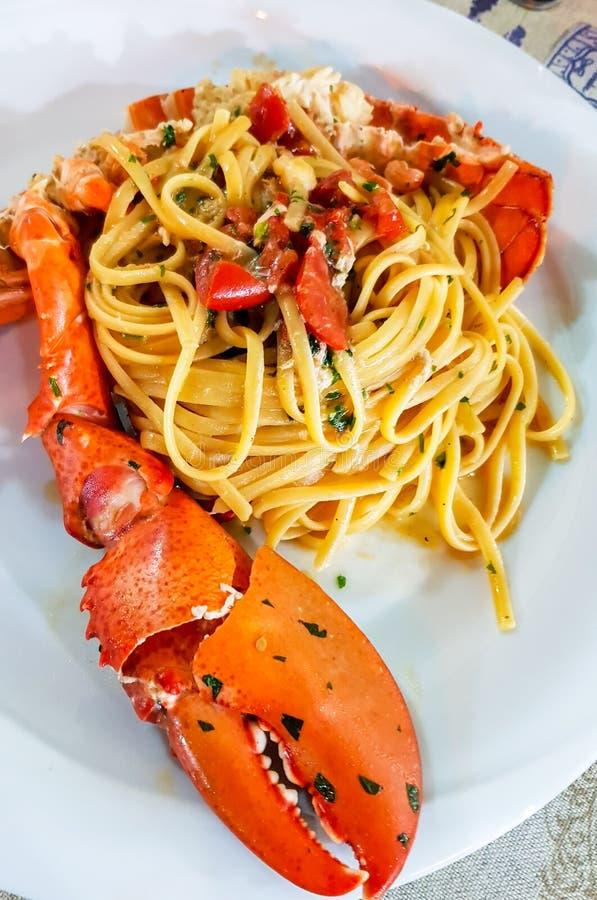 Massa italiana do marisco - espaguete com lagosta grande Fim acima Restaurante calabrês imagens de stock royalty free