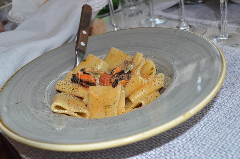 Massa italiana do prato com os mexilhões mediterrâneos dos moluscos do cozze do vongole do marisco fotografia de stock