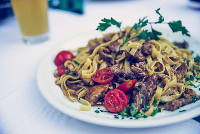 Massa mediterrânea fresca com carne, Itália foto de stock