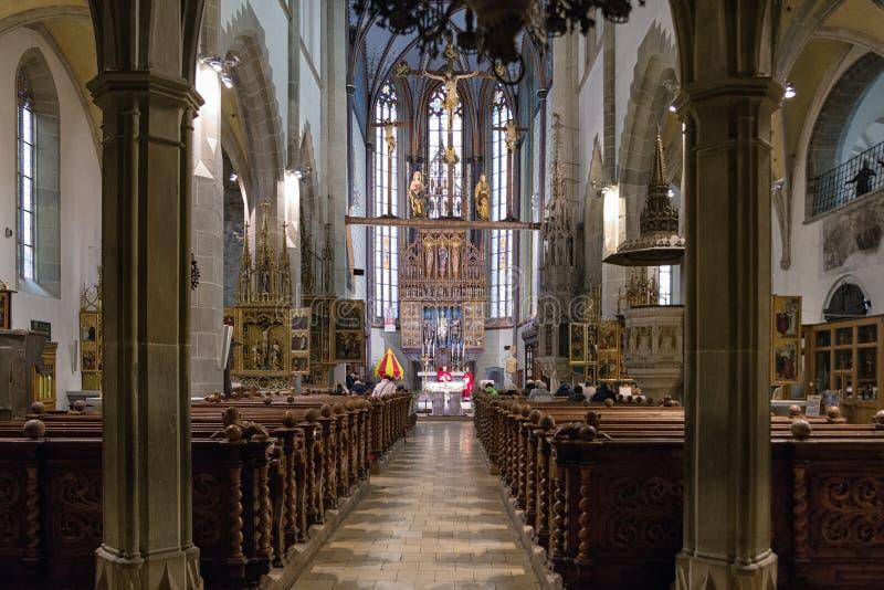 Massa na igreja Católica, Bardejov - Eslováquia foto de stock