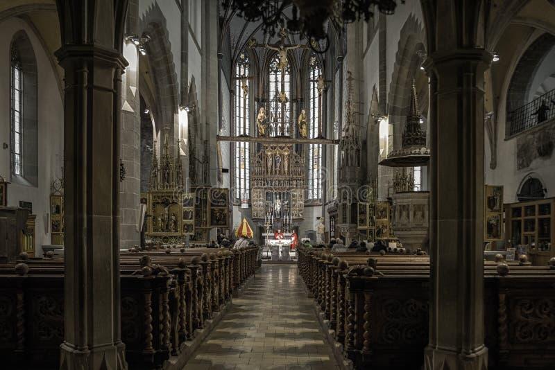Massa na igreja Católica, Bardejov - Eslováquia imagem de stock