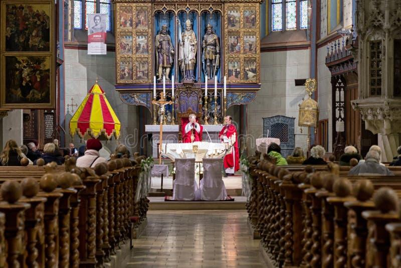 Massa na igreja Católica, Bardejov - Eslováquia fotografia de stock