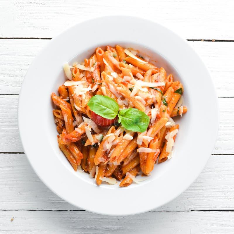 Massa Pene com bacon e Cherry Tomatoes Espaço livre do prato italiano para seu texto fotos de stock royalty free