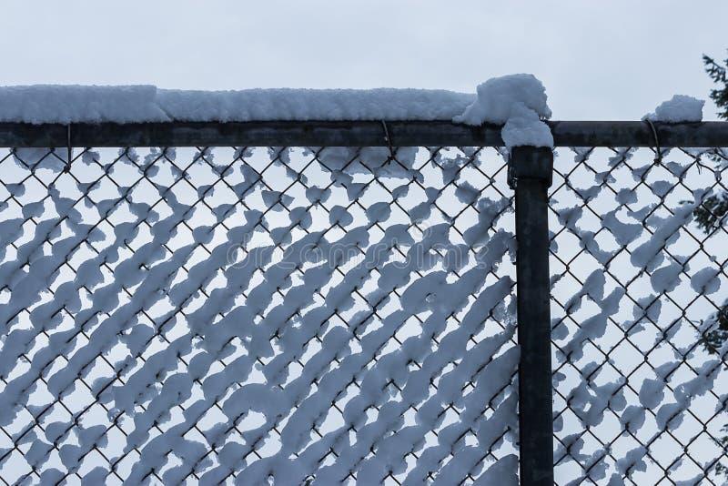 Massa's van pluizige witte die sneeuw in een omheining wordt verzameld stock foto